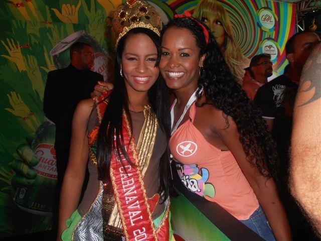 No camarote de Cláudia Leite, a Rainha Isis encontra sua mãe Cristina, 2 vezes Princesa do Carnaval