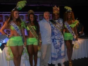 Na coletiva de imprensa, o Governador Jaques wagner ainda teve tempo de fotografar com rainha princesas e Rei Momo