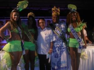 O Secretário de Turismo Pedro Galvão fez questão de posar com a Rainha, Princesas e Rei Momo.
